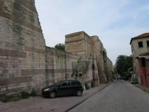 Salah satu bagian tembok yang dekat dengan pemukiman penduduk