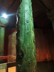 Tiang bermotif air mata yang konon dibangun untuk menghormati budak budak yang membangun Basilica Cistern