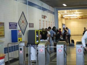 Pintu masuk dan keluar Metro Ataturk Airport