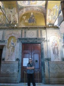 Diantara mosaik Santo Petrus dan Paulus