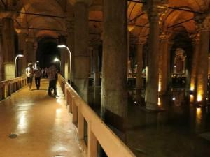 Platform untuk berjalan menikmati  Basilica Cistern