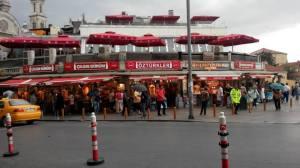 Kumpulan restoran di depan Taksim Square
