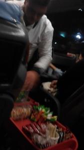 Pramugara bis dan kereta makanannya
