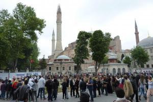 antrian panjang di depan Hagia Sophia. courtesy of http://tripogogo.com/m/location/view/Hagia-Sophia