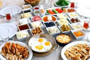 Kahvalti (Turkish Breakfast) . Courtesy of :http://istanbulplaces.sco.netdna-cdn.com/wp-content/uploads/2014/01/kahvalti04_serpme_usulu_kahvalti.jpg