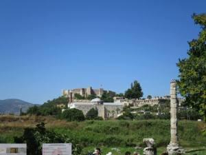 Pilar Artemision dengan latar belakang Isa Bey Mosque, Basilica St.John dan Ayasoluk Citadel