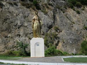 Patung Bunda Maria di tepi jalan menuju Rumah Bunda Maria