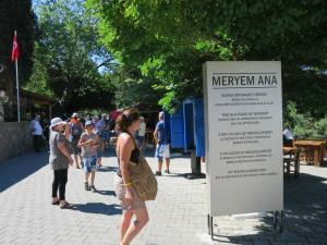 Pengunjung-pengunjung yang ramai mengunjungi Rumah Bunda Maria