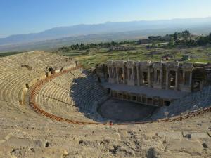 Grand Theater dengan latar Lembah Menderes