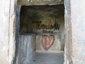 Sayang makamnya tak luput dari aksi vandalisme