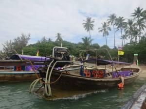 Long Tail Boats nongkrong di tepi pantai Ao Nang