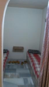 kamar tempat berganti pakaian dan ranjang buat tidur siang