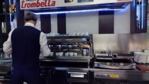 Barista sedang menyiapkan kopi dengan peralatan modern