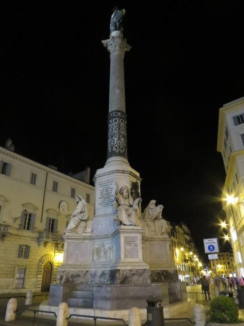 Obelisk tak jauh dari Spanish Steps
