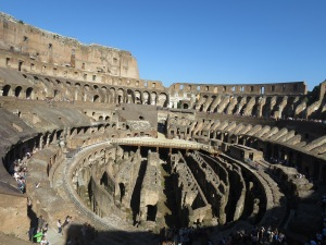 Coloseum dari level 2,tampak lorong dan ruang tempat pertandingan disiapkan
