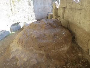 """Tempat Julius Caesar dikremasi, sampai sekarang masih banyak turis yang melemparkan koin atau menabur bunga di """"makamnya"""" ini."""