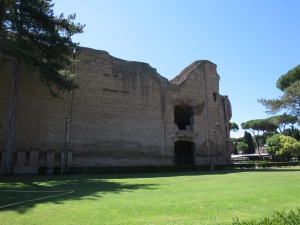 Di sekitar Bath Of Caracalla terdapat banyak pohon yang rindang cocok untuk berpiknik