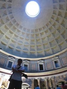 Disinari oleh cahaya dari Oculus (lubang di atap Pantheon)