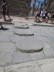 Batu undakan untuk menyebrang jalan