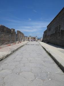 Jalan kuno di kota Pompeii. Perhatikan kerikil2 marmer yang berfungsi sebagai pemantul sinar bulan atau lampu minyak untuk penerangan tambahan.