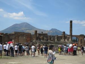 The Forum dengan latar belakang Gunung Vesuvius yang menjulang
