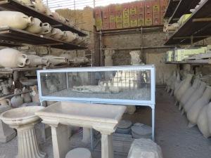 """kumpulan amphorae dan """"jasad"""" korban letusan Gunung Vesuvius"""