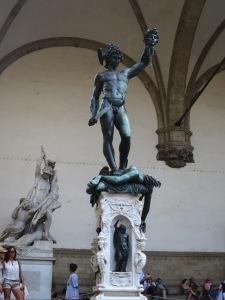 Patung Perseus membantai Medusa