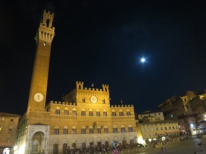 Night view of Palazzo Publico