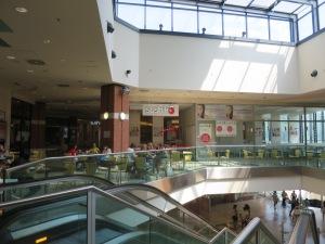 Mal di seberang Stasiun kereta Siena. Mal ini terhubung dengan eskalator menuju pusat kota Siena.