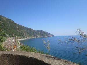 Stasiun kereta dilihat dari tangga menuju Corniglia