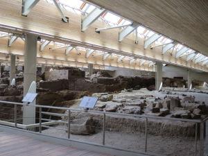 Situs Akrotiri dilindungi oleh atap modern dan sistem pengaturan suhu untuk menjaga kelestarian situs yang rapuh ini
