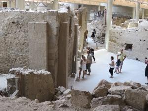 Kita bisa berjalan-jalan di antara reruntuhan Akrotiri