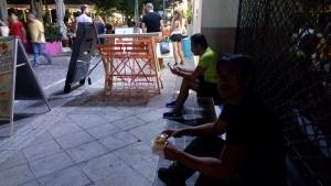 Nongkrong sambil makan Souvlaki di emperan toko