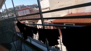 Jemur baju di balkon kamar hostel
