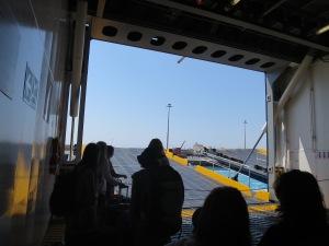 Menunggu pintu kapal terbuka
