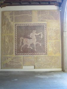 Salah satu mosaic berlukiskan seekor centaur (manusia berbadan kuda)