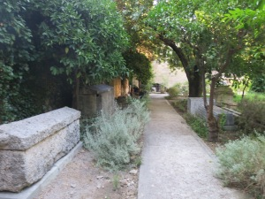 taman di belakang bangunan utama museum dengan sarkofagus dan pilar bangunan ala Yunani