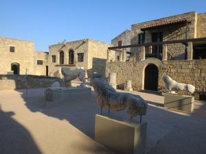 Bagian atas museum dengan patung singa