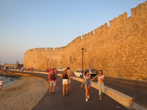 jalan-jalan di promenade Old Town Rhodes