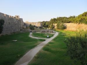 parit luas dari tembok terluar dan tembok lapis ke dua. Sekarang parit ini berfungsi sebagai taman.Beberapa bola meriam sisa peperangan Ottoman vs Hospitaller masih tersisa disini.