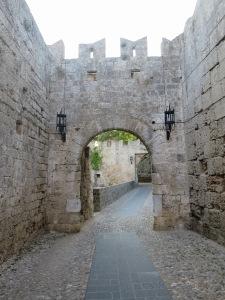 Jalan dari D'Amboise Gate menuju St Anthony's Gate