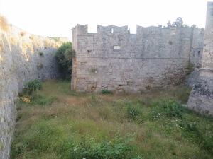 Parit kedua dengan bagian tembok di bagian tengah yang menjorok ini merupakan adaptasi pertahanan dari Italia. Sistem ini membuat penyerangan ke tembok selanjutnya menjadi lebih sulit karena kehadiran bangunan tengah tersebut.