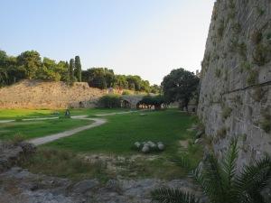 Parit dilihat dari terowongan tembok kedua