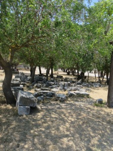 reruntuhan di Acropolis of Rhodes yang belum direkonstruksi