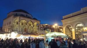 Monastiraki Square di malam hari. Courtesy of http://media-cdn.tripadvisor.com/media/photo-s/06/eb/d3/9d/monastiraki.jpg
