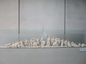 rekonstruksi frieze Kuil Parthenon yang menggambarkan para dewa dewi Olympus