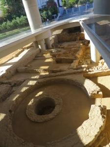Reruntuhan pemukiman kuno di bawah museum Akropolis