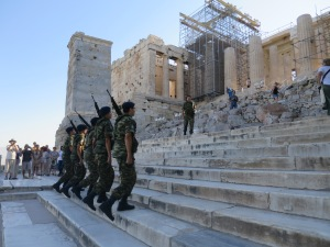 Prosesi pengibaran bendera oleh para tentara Yunani