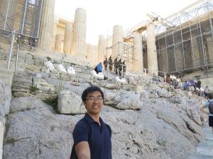 mejeng depan Poryplea, gerbang menuju Akropolis