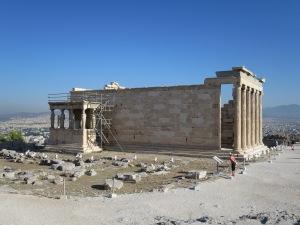 Kuil Erectheion dan porch of Caryatids-nya yang terkenal.